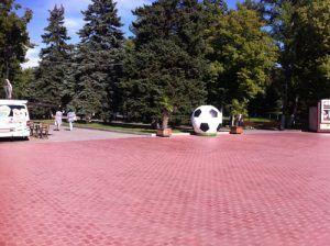 Мяч футбольный на набережной Самары