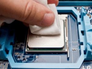 Удалите старый слой термопасты с процессора