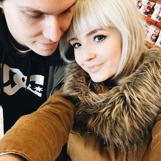С парнем