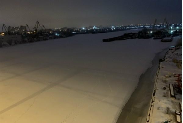 Вид с моста на замёрзшую реку Самара