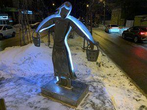В Самаре, женщина с вёдрами