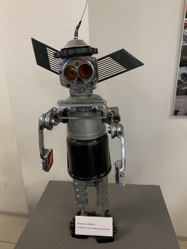 Робот из автомобильных деталей