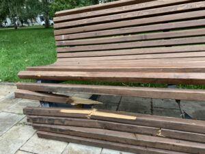 сломанная лавка в сквере Фадеева